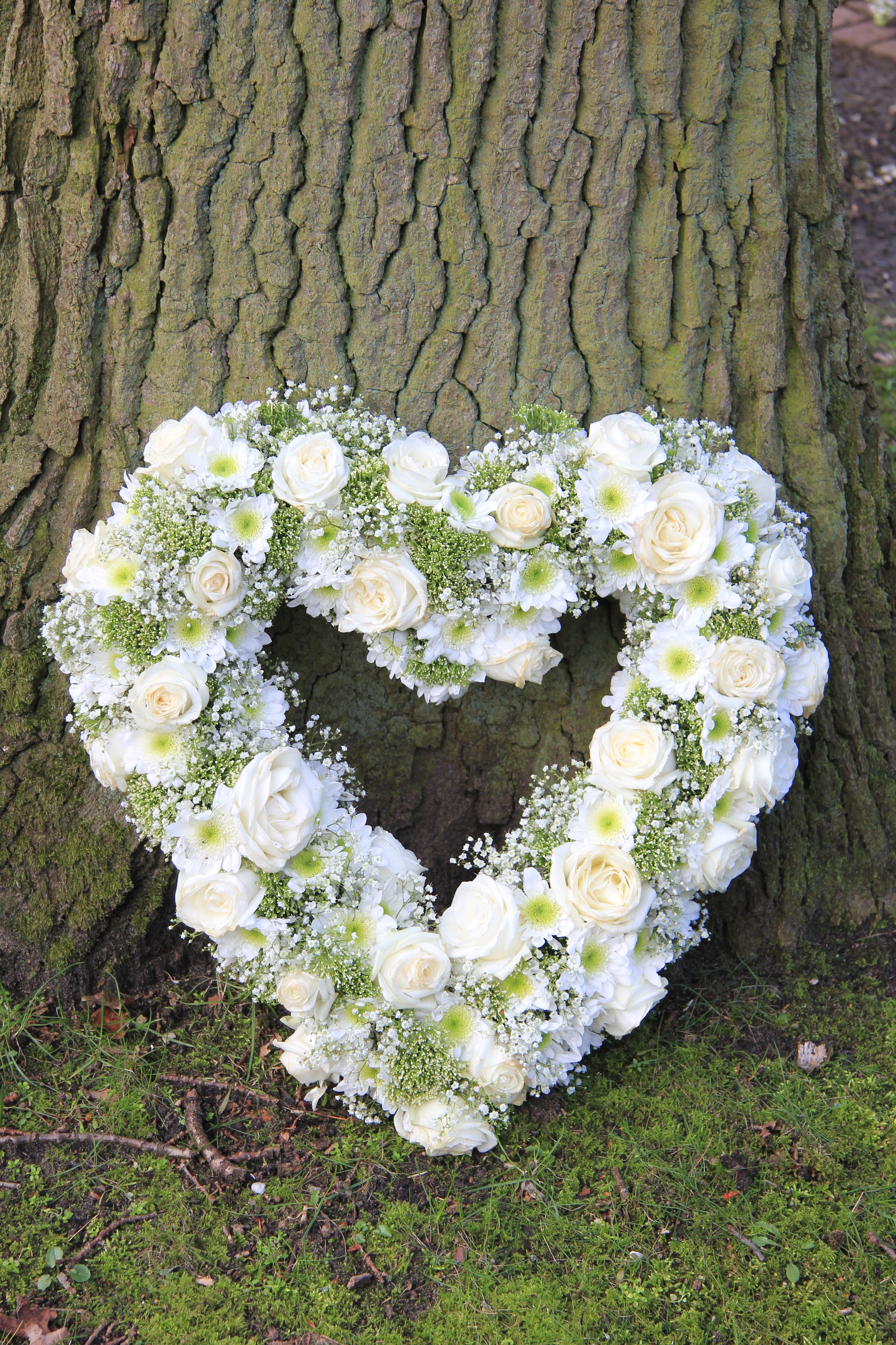 Funeral dhalia fleuriste white heart shaped sympathy floral arrangement near a tree izmirmasajfo