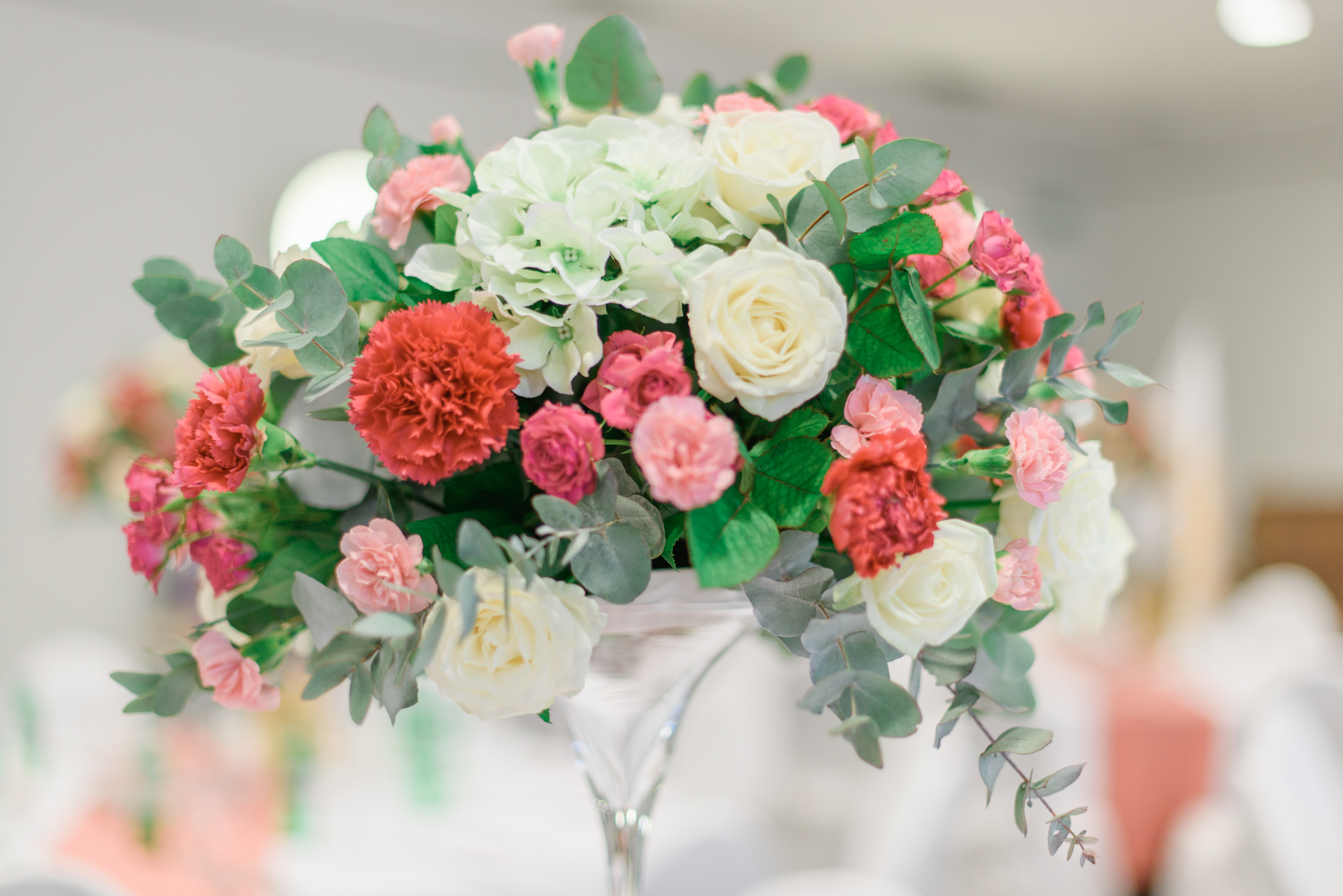 Wedding dhalia fleuriste luxury bouquet of colorful roses in an modern vase on blurred background izmirmasajfo