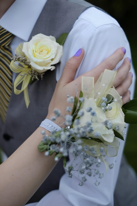 Wedding proms dhalia fleuriste hand with corsage flowers boy girl celebration prom marriage wedding izmirmasajfo